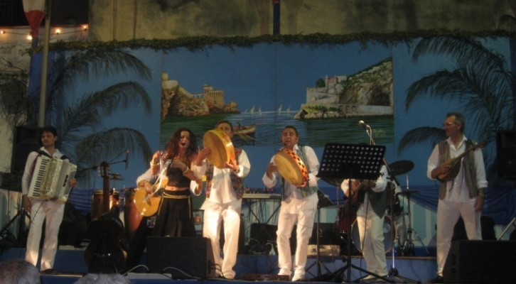 Il sound mediterraneo de I Via Toledo sul palcoscenico del locale del Borgo Scacciaventi