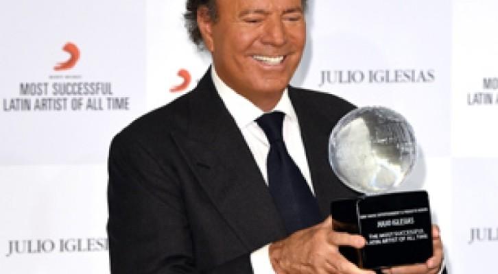 Julio Iglesias, riceve il premio come più grande artista latino di tutti i tempi