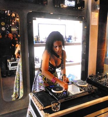 Paola Iezzi infiamma la fashion crowd da Stroili