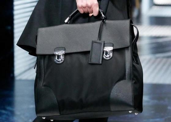 La borsa da uomo è l'ultima tendenza della moda