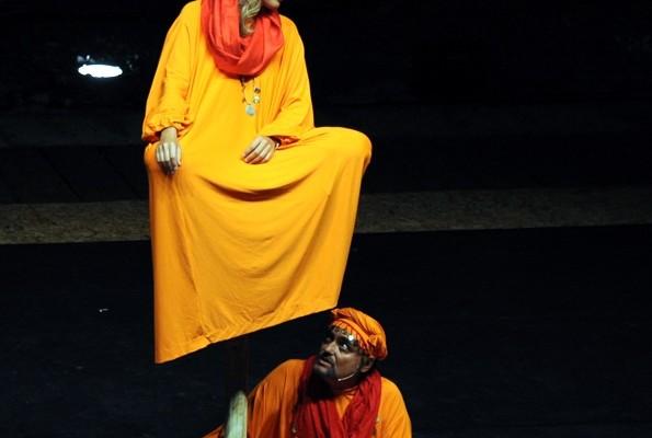 Le statue unite di Eduardo Tartaglia al teatro Sannazaro