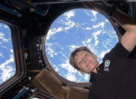 Peggy Whitson, la prima donna per due volte al comando della Stazione Spaziale Internazionale
