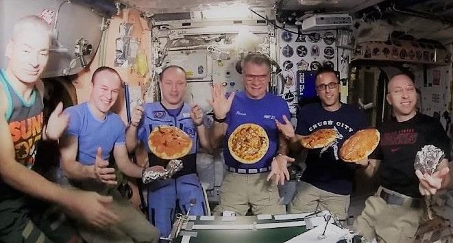 Anche gli astronauti si improvvisano pizzaioli