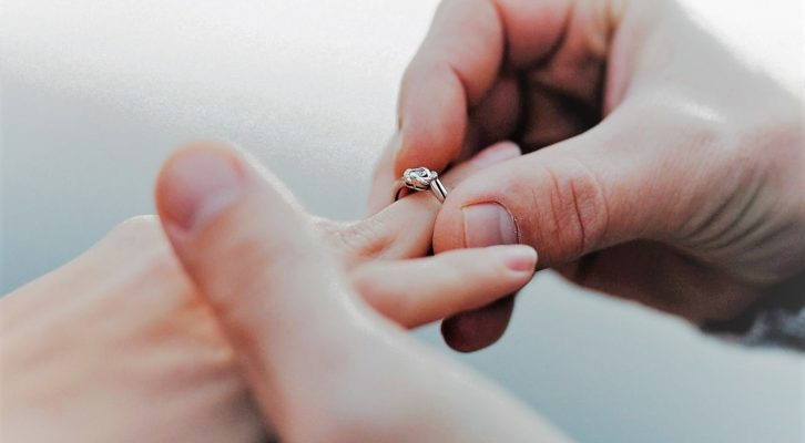 Una vita basata sulla ricchezza materiale fa male al rapporto di coppia