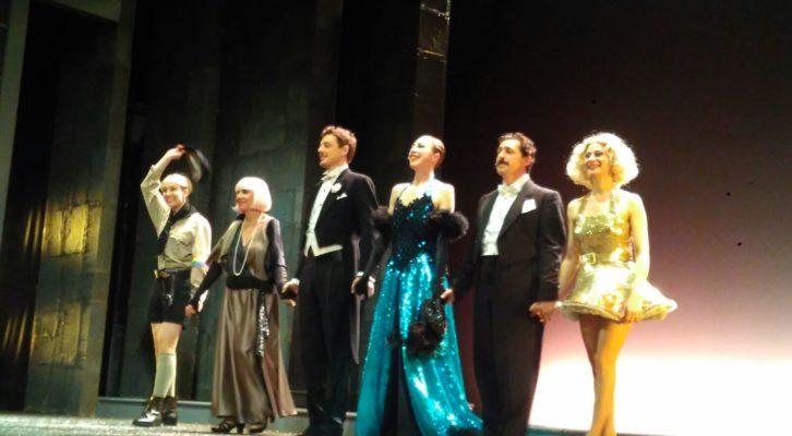 Veronica Pivetti interpreta Viktor un Viktoria al Teatro Augusteo di Napoli