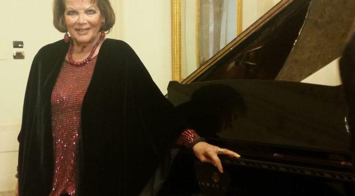 Claudia Cardinale, al Teatro San Carlo per festeggiare i suoi 80 anni