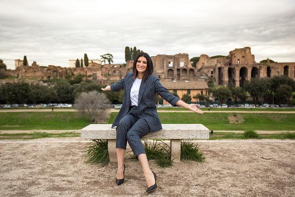 Laura Pausini, in rotazione il nuovo singolo E.STA.A.TE