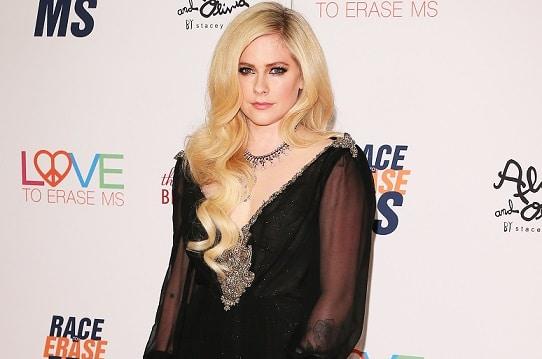 """Avril Lavigne: """"Sto tornando e sono certa che guarirò"""""""