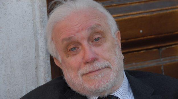 Addio a Luciano De Crescenzo: il filosofo nostalgico lascia la sua Napoli