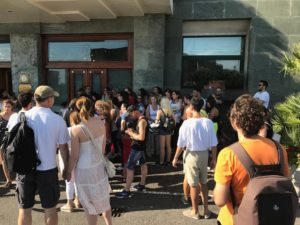 A Napoli una folla di fan accoglie l'attore turco Can Yaman (can yaman napoli fan 300x225)