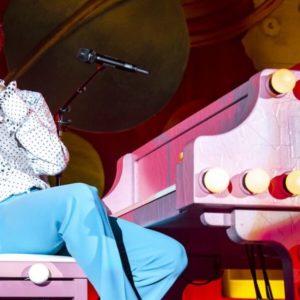 Roberto Benigni a Sanremo declama l'amore ed esalta la donna