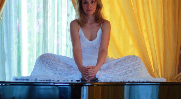 Paola Massoni: il soprano presenta il disco Alkemèlia e ricorda l'abbraccio di Renato Zero