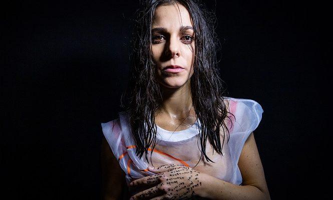 """""""La testa fuori"""", l'album d'esordio della cantautrice Giulia Mutti"""