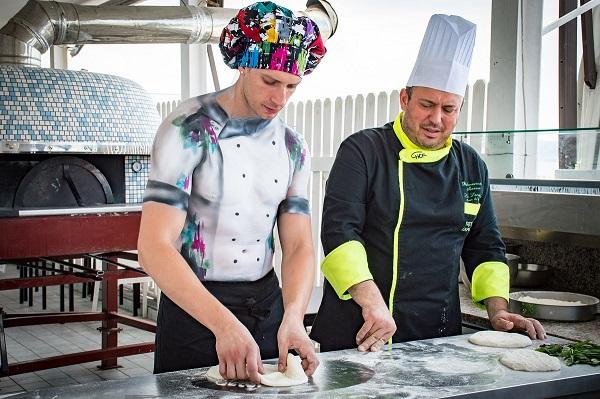 Mirco Di Centa, lo strip man a Napoli per apprendere i segreti della cucina partenopea