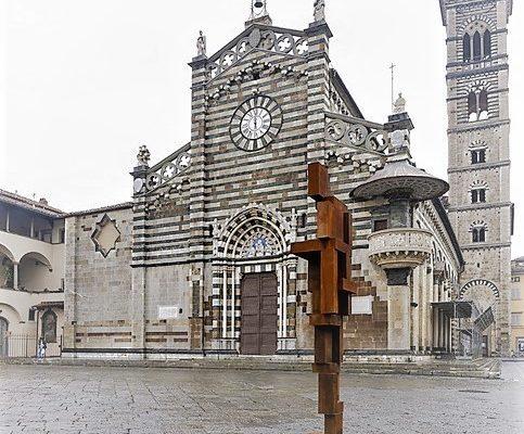 Shy, la grande statua in piazza Duomo a Prato realizzata dall'artista Antony Gormley