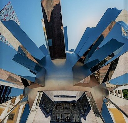 Big Bang di Helidon Xhixha esposto in Piazza Italia a Tirana