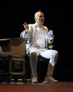 """Artuto Brachetti conquista il pubblico al Premio Massimo Troisi con il suo talk """"Artuto racconta Brachetti"""" (arturo brachetti1 240x300)"""