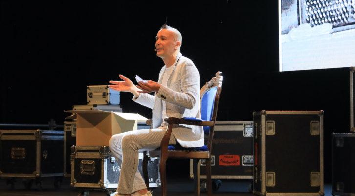 """Artuto Brachetti conquista il pubblico al Premio Massimo Troisi con il suo talk """"Artuto racconta Brachetti"""""""